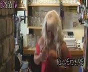 Блондинка толстушка раздрочила свою киску и кончила.