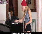 Молоденькая блондиночка офигела от длинного хуя нигера