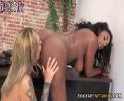 Скриншот на телефон - Молоденькая лесбияночка Клео лижет попку негритосочке