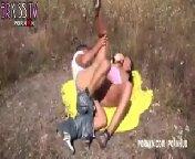 Мужик вывез сучку на природу, чтобы затолкать ей в рот не только свой хуй, но и толстый дилдо.