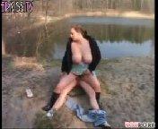 Зрелая, толстая телка с большими сиськами трахает молодого парня на берегу реки.