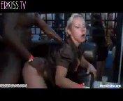 Горячая порно вечеринка продолжается, девчонки танцуют, обнажив сиськи, а рядом уже делают глубокий минет и дерут красоток их что есть сил