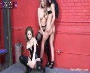 Лесбиянки Кендалл, Эмили, и Бретт трахаются в подвале