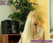 Скриншот на телефон - Блондинка сдвинула трусики и сосет член боссу