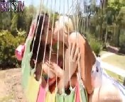 Скриншот на телефон - Молоденькие распутницы Дани и Шери трахаются в гамаке